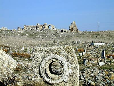 Laodicea_aqueduct_piece_with_bathhouse_remains