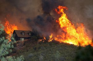 la-me-ln-northern-california-fire-explodes-24-homes-lost-thousands-threatened-20150802