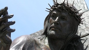 jesus-christ-statues-crown-thorns-christians-pixabay